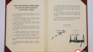 توافقنامهای که توسط دونالد ترامپ، رئیس جمهور آمریکا و کیم جونگ اون، رهبر کره شمالی در روز سهشنبه ٢٢ خرداد/ ۱٢ ژوئن ٢٠۱٨ در سنگاپور به امضا رسید. این عکس توسط خبرگزاری مرکزی کره شمالی منتشر شده است.