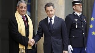 Le chef de la Ligue arabe, Amr Moussa, salue Nicolas Sarkozy, 19 mars 2011.