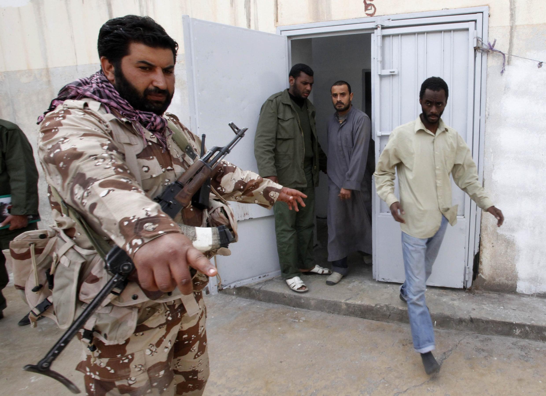 Un rebelde vigila a un hombre sospechoso de ser un mercenario.