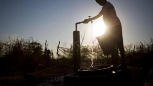 Un enfant récupère l'eau d'un puits, au Congo-Brazzaville.