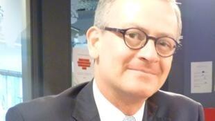 Manuel A. González Sanz, ministro costarricense de exteriores en los estudios de RFI en París.