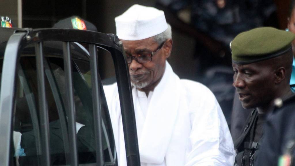 Hissène Habré entouré de militaire le 2 juillet 2013 à Dakar.