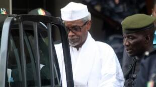 Hissène Habré entouré par des militaires après une audition auprès d'un juge, le 2 juillet 2013, à Dakar.