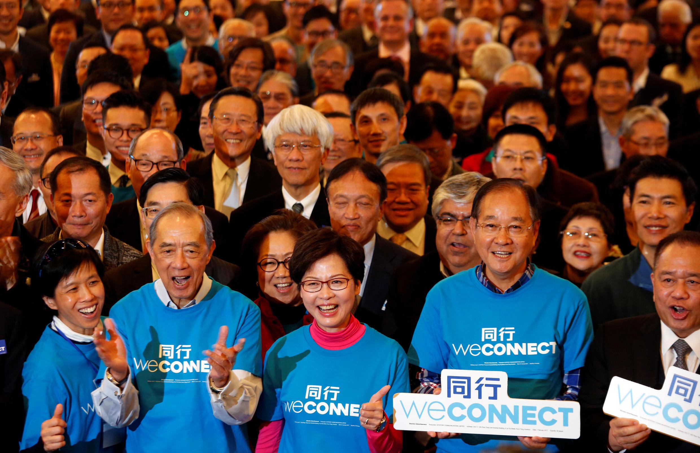 角逐2017年香港特首选举的林郑月娥与竞选团对。