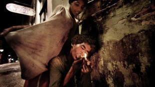 Dos jóvenes, el menor de 12 años, fumando 'paco' en Pelourinho, centro histórico de Salvador de Bahía, Brasil, marzo de 2010.