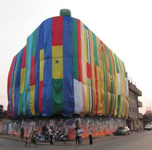 L'immeuble Apithy recouvert par Edwige Aplogan à Porto-Novo (Bénin).