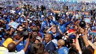 Mmusi Maimane, acclamé par ses partisans, lors du meeting de l'Alliance démocratique à Dobsonville, un quartier reculé du township de Soweto.