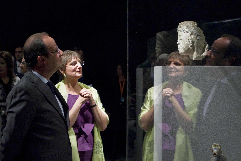 SShugaban kasar Faransa Francois Hollande yana duba kayan tarihi a sabon wurin dake Louvre
