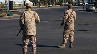 Maafisa wa polisi ya Libya katika mitaa ya Tripoli, Aprili 10, 2020.