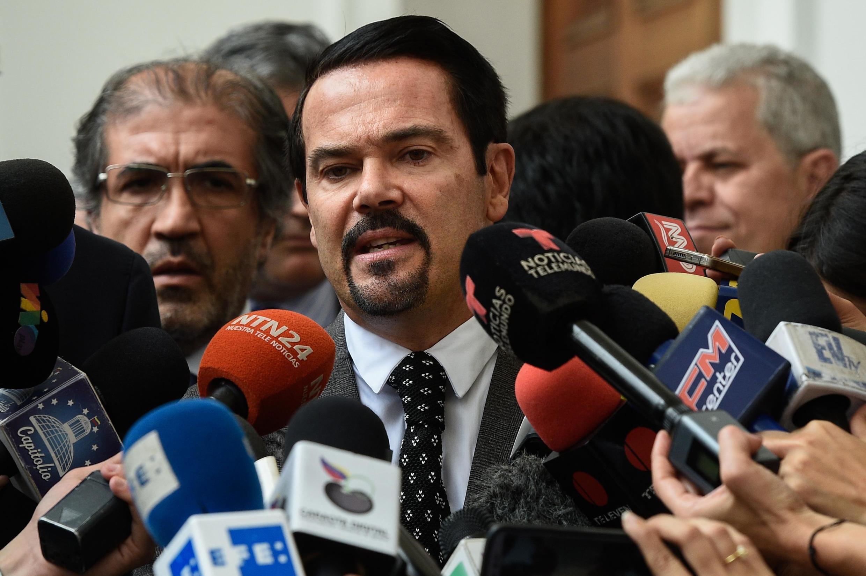 L'ambassadeur de la France au Venezuela, Romain Nadal, lors d'une conférence de presse à Caracas aux côtés de l'autoproclamé président vénézuélien Juan Guaido, le 19 février 2019.