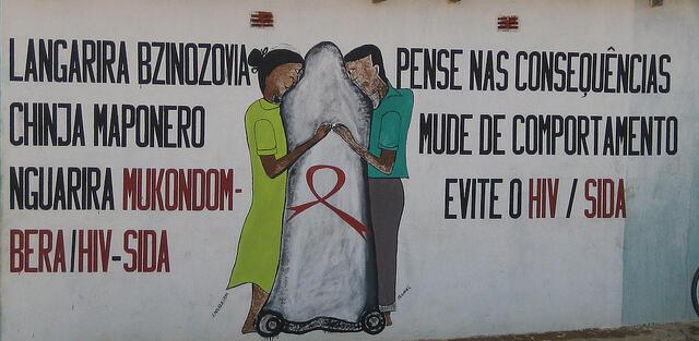 SIDA arte de rua no distrito de Machaze promove o uso do preservativo.