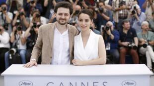 """Giám đốc A.B. Shawky và nhà sản xuất Dina Emam mang bộ phim """"Yomeddine"""" đi tranh tài ở Liên hoan điện ảnh Cannes, 10/05/2018. Director A.B. Shawky and producer Dina Emam pose."""