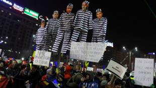 Manifestantes sostienen efigies con las caras de varios responsables del Partido social Demócrata (PSD). 3 de febrero de 2017.
