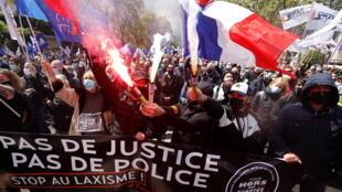 2021-05-19T122535Z_1421340059_RC20JN9PG6HX_RTRMADP_3_FRANCE-POLICE-PROTEST