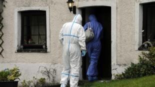 Peritos vasculharam residência de Mark Bridger, suspeito de ter sequestrado e matado menina no País de Gales.