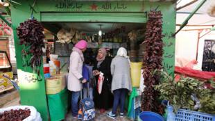 En Tunisie le pouvoir d'achat a été éprouvé par une importante inflation (plus de 6% fin 2017). Ici, une échoppe sur le marché Tadamum, dans la banlieue de Tunis, le 15 janvier 2018.