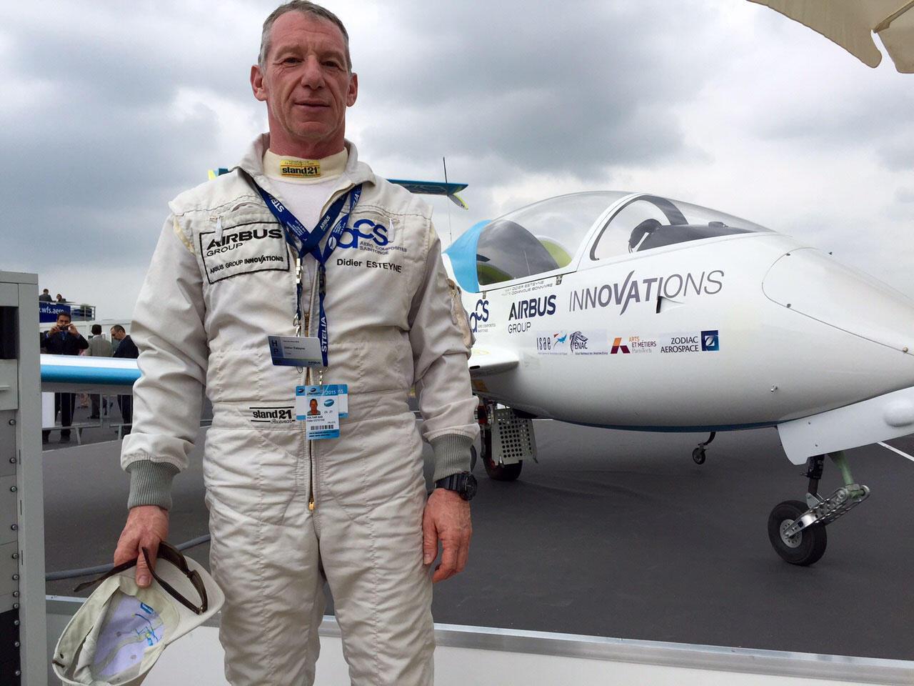 Didier Esteyne devant l'E-Fan, le premier avion électrique mis au point par Airbus.