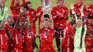 L'équipe du Bayern Munich soulève le trophée de la Supercoupe remporté à Budapest face au FC Séville, le 24 septembre 2020,