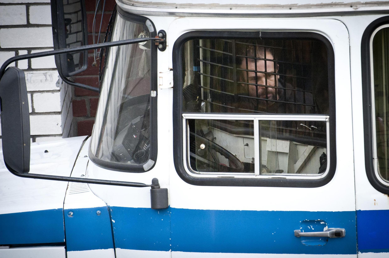Гражданин Франции Франческо Пизано покидает мурманский Ленинский суд после предъявления обвинения в пиратстве 03/10/2013