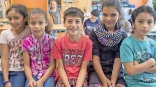 Nour, Kamala, Bourhan, Roaa et Mohammad, dans leur nouvelle classe en Allemagne.