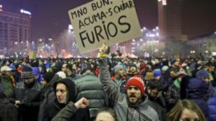 «OK, maintenant je suis vraiment en colère», peut-on lire sur une pancarte lors d'une manifestation dans les rues de Bucarest, le 1er février 2017.