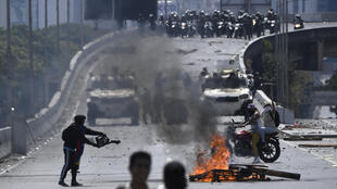 Les violentes échauffourées ont commencé en fin de matinée à proximité de la base aérienne La Carlota, dans l'est de Caracas, lorsque les manifestants ont cherché à bloquer l'autoroute qui longe la base, à Caracas, le 1er mai 2019.