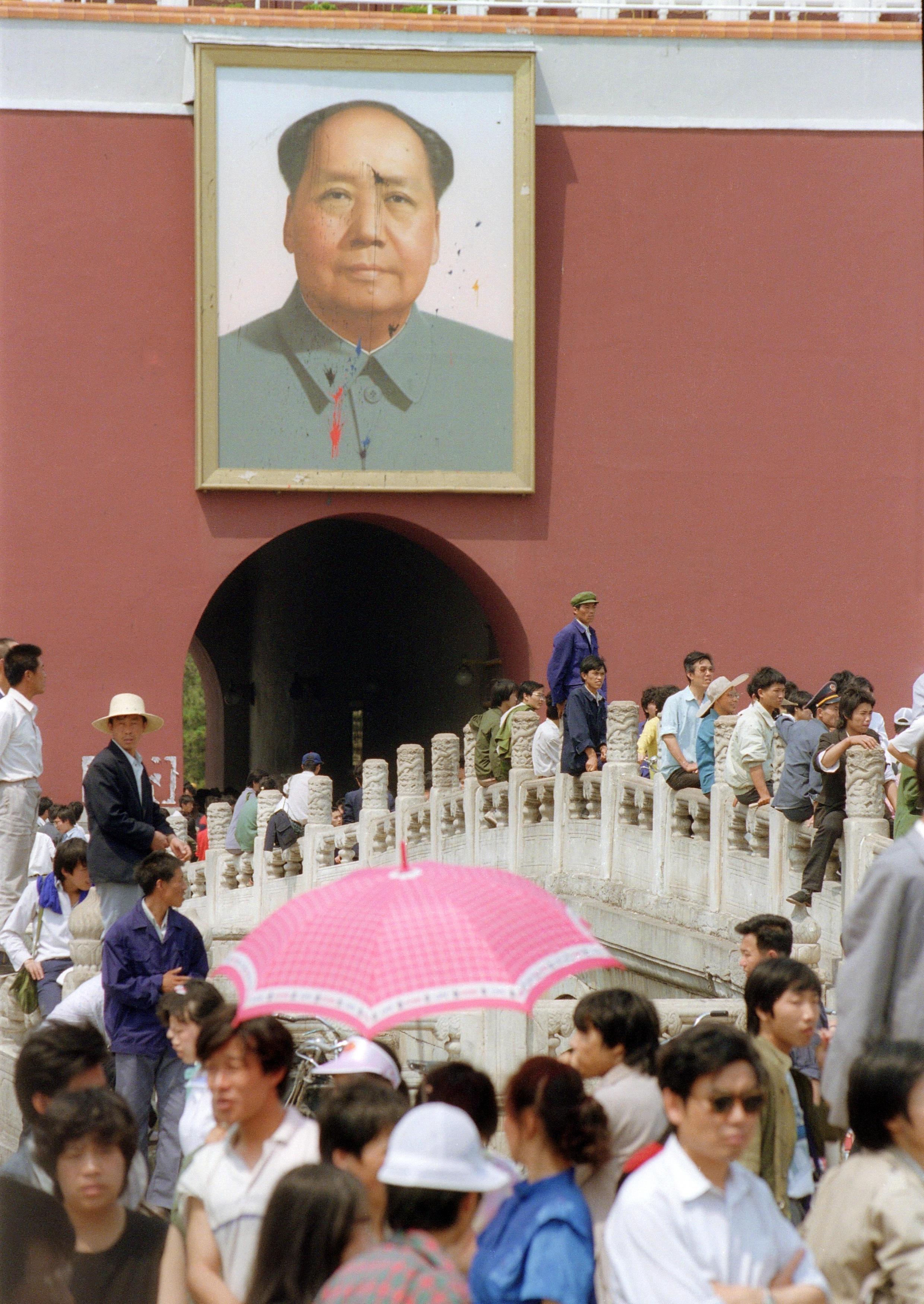 Le portrait de Mao Zedong à l'entrée de la Cité interdite défiguré par des traces d'encre, le 23 mai 1989.