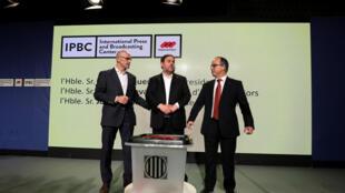 Глава МИД Каталонии Рауль Ромева, представитель правительства Каталонии Хорди Турул и вице-президент каталонского правительства Ориоль Юнкерас продемонстрировали журналистам урну для голосования на референдуме 1 октября.
