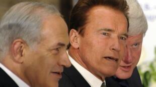 De gauche à droite :  Premier ministre israélien Benyamin Netanyahu, le gouverneur de la Californie Arnold Schwarzenegger et l'ancien président des Etats-Unis Bill Clinton au Saban Forum à Jérusalem, le 15 novembre 2009.