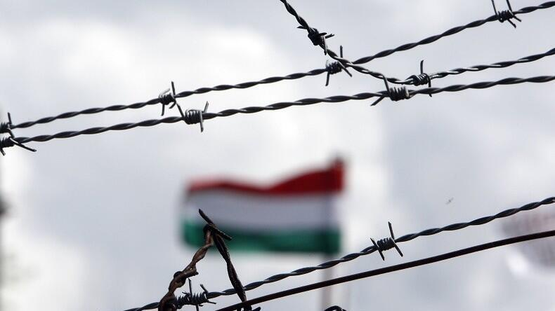 Hungary dựng hàng rào thép gai với láng giềng Serbia.