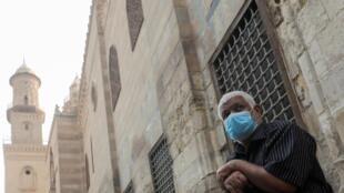Un homme portant un masque protecteur, dans la rue El Moez dans l'ancien Caire islamique, en Égypte, le 30 avril 2020.