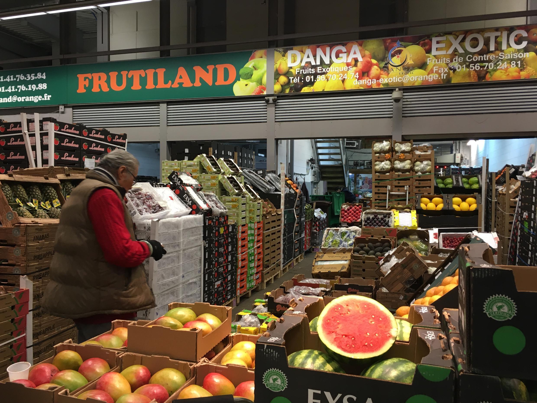 En uno de los numerosos pabellones de frutas.