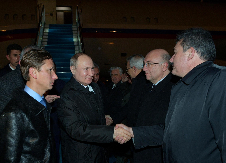Tổng thống Nga Vladimir Putin (thứ 2 từ trái qua) đến Istanbul, Thổ Nhĩ Kỳ, tối 07/01/2020.