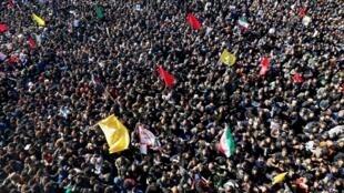 Bousculade mortelle lors de l'enterrement dMilhares de pessoas participam do funeral de Qassim Soleimani em Kerman nesta terça-feira, 7 de janeiro de 2020.