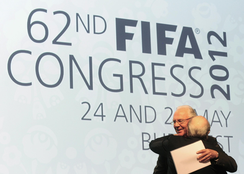 Зепп Блаттер и  Франц Беккенбауэр, Будапешт, 25 мая 2012 года