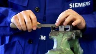 Un réfugié montre ses compétences dans le traitement des métaux, lors d'un atelier organisé par le groupe industriel allemand Siemens, le 21 avril 2016.