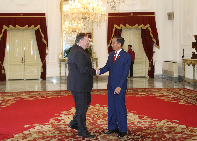 Tổng thống Indonesia Joko Widodo (p) bắt tay ngoại trưởng Mỹ Mike Pompeo trước cuộc họp tại phủ tổng thống Indonesia tại Jakarta (Indonesia), ngày 05/08/2018. Achmad Ibrahim/Pool via REUTERS