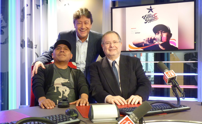 Elliot Tupac y Carlos Amézaga, agregado cultural de la Embajada de Perú en Francia con Jordi Batallé en los estudios de RFI