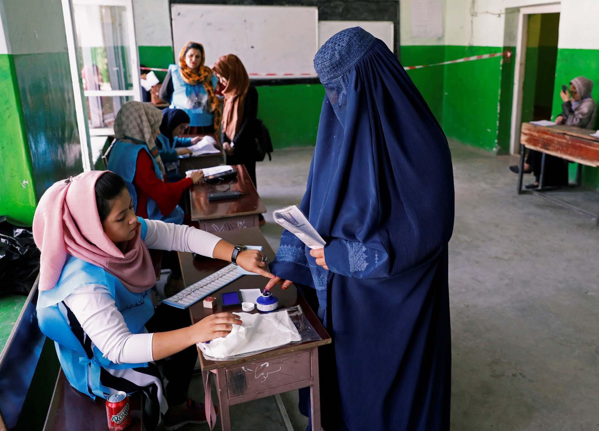 Les Afghans se rendent aux urnes pour l'élection présidentielle à Kaboul, en Afghanistan, le 28 septembre 2019.