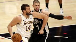 El pívot español Marc Gasol, de los Lakers, defendido por Ivica Zubac, de los Clippers, durante el juego del domingo en la NBA.