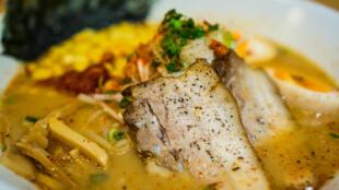 Une soupe de ramen au porc, un plat de la gastronomie japonaise.
