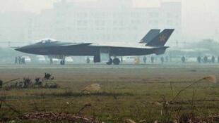 Foto del avión presentado por la prensa china como el avión furtivo, provincia de Sichuan. Difundido por la agencia de noticias Kyodo, el 8 de enero de 2011.