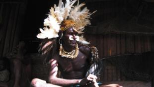Ari, de l'ethnie Asmat, le cannibale craint de tous, en 1975.