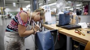 Trabalhadora francesa produz bolsa em uma fábrica da marca Hermes em Seloncourt.
