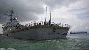 """美国军驱逐舰""""麦凯恩""""(John S. McCain)号驶向新加坡樟宜海军基地。"""