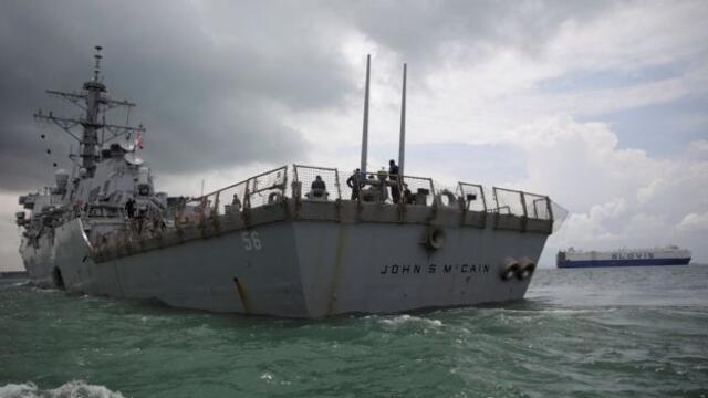 """中国军队称出动海空力量驱离了美军""""麦凯恩""""号导弹驱逐舰(photo:RFI)"""