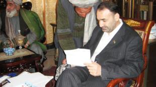 Le gouverneur de la province de Balkh, dans le nord de l'Afghanistan, reçoit ses administrés dans son bureau.