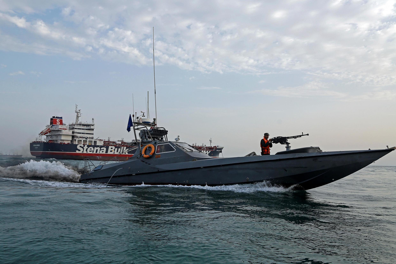Một tàu của Vệ binh Cách mạng Iran áp sát tàu dầu Stena Impero của Anh đang bị giữ tại cảng Bandar Abbar, ngày 21/07/2019.
