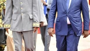 Le général Gilbert Diendéré a accueilli le président sénégalais et chef de la Cédéao à son arrivée à l'aéroport de Ouagadougou, le 18 septembre 2015.
