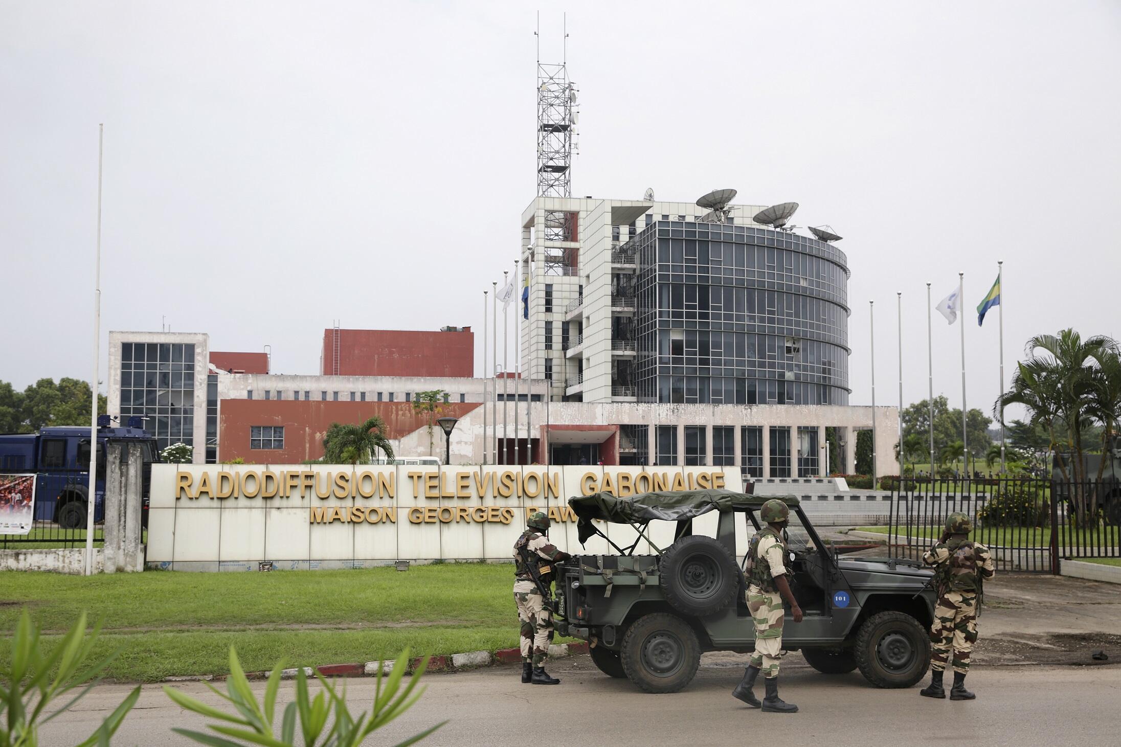 Militares frente à sede da rádio-televisão pública em Libreville, 7/01/2019.